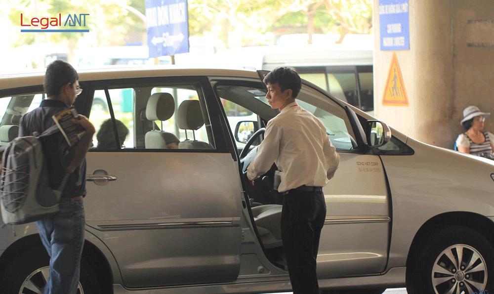 Đón khách, dán visa tại sân bay với dịch vụ của Legal ANT
